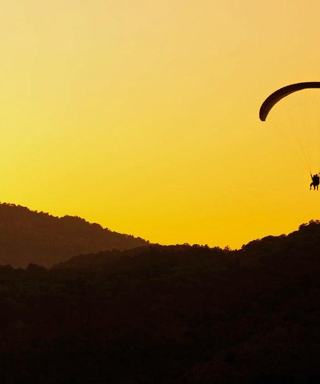 1525265716_paragliding-at-sunset-11284650896rlsj.jpg
