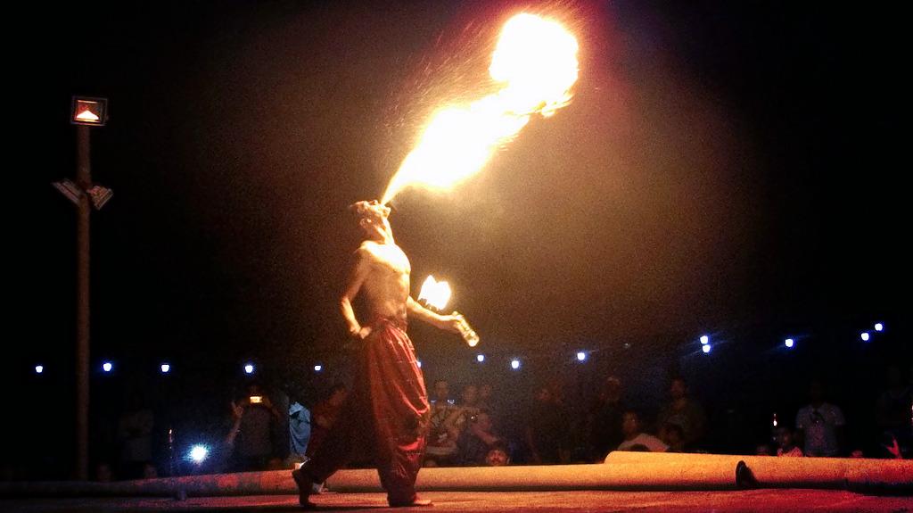1511251463_dubai-desert-safari-fire-show.jpg
