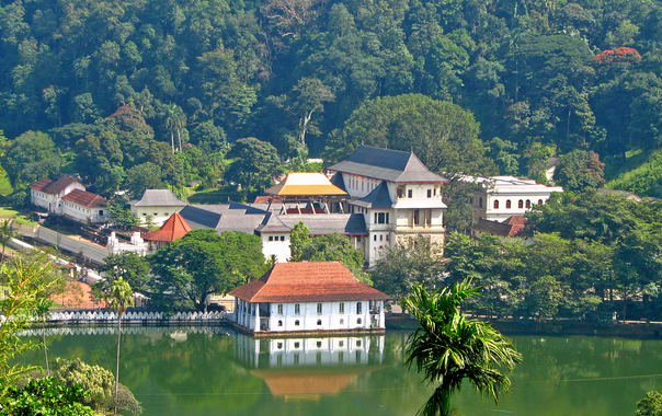 Sri_lanka_-_029_-_kandy_temple_of_the_tooth.jpg