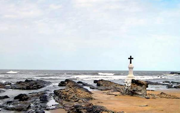 Cross-at-morjim-beach-goa.jpg