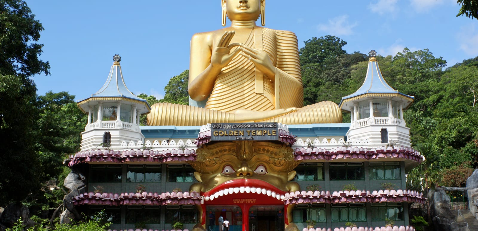1491647104_golden_buddha_and_buddhist_museum_at_dambulla.jpg