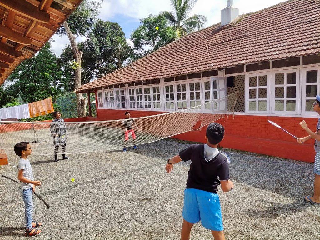 1586245715_outdoor-badminton-court.jpg