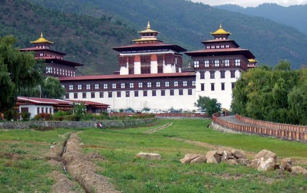 1481602685_thimpu_trashi_chhoe_dzong_aussen.jpg