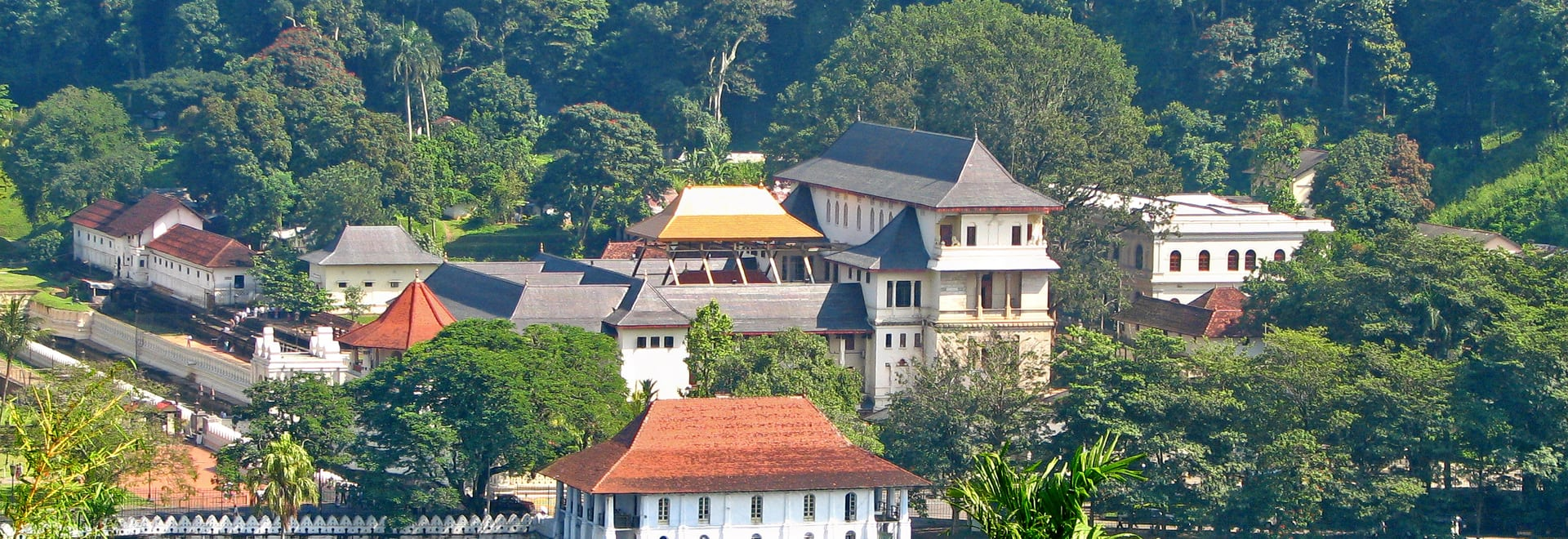 1491646844_sri_lanka_-_029_-_kandy_temple_of_the_tooth.jpg