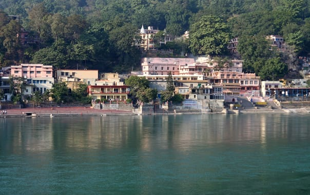 1488818178_ashrams_on_the_banks_of_ganges__rishikesh.jpg