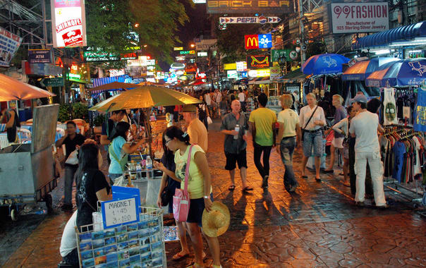 1463399215_khao_san_road_at_night_by_kevinpoh.jpg