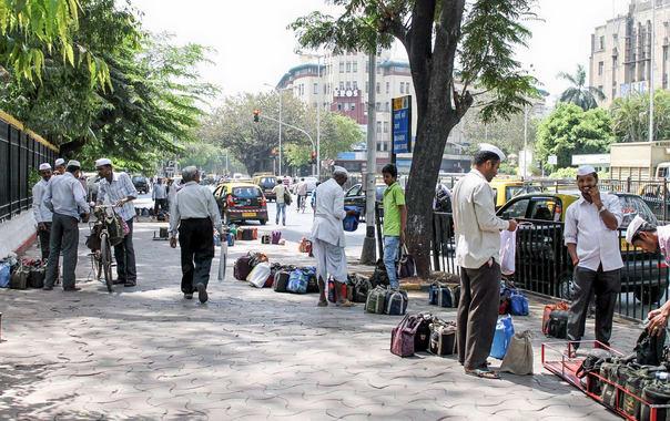 1524229622_dabbawalas-mumbai-10.jpg