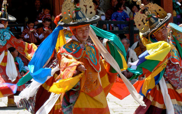 Dance_of_the_black_hats_with_drums__paro_tsechu_5.jpg