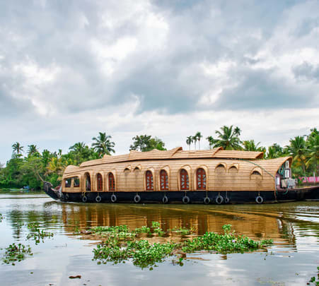Houseboat Experience in Kochi: Deluxe and Premium