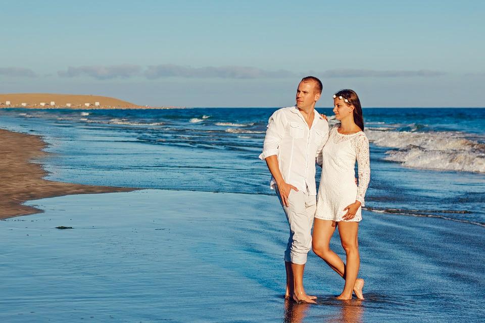 1503054671_wedding-young-couple-beach-wedding-a-couple-of-love-1770857.jpg
