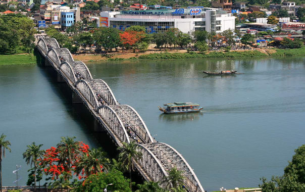 1467743833_truong_tien_bridge.jpg