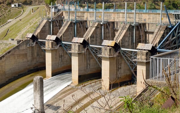 1465382997_floodgates_-_pandoh_dam_across_river_beas_-_chandigarh-manali_highway_-_nh-21_-_mandi_2014-05-09_2151.jpg