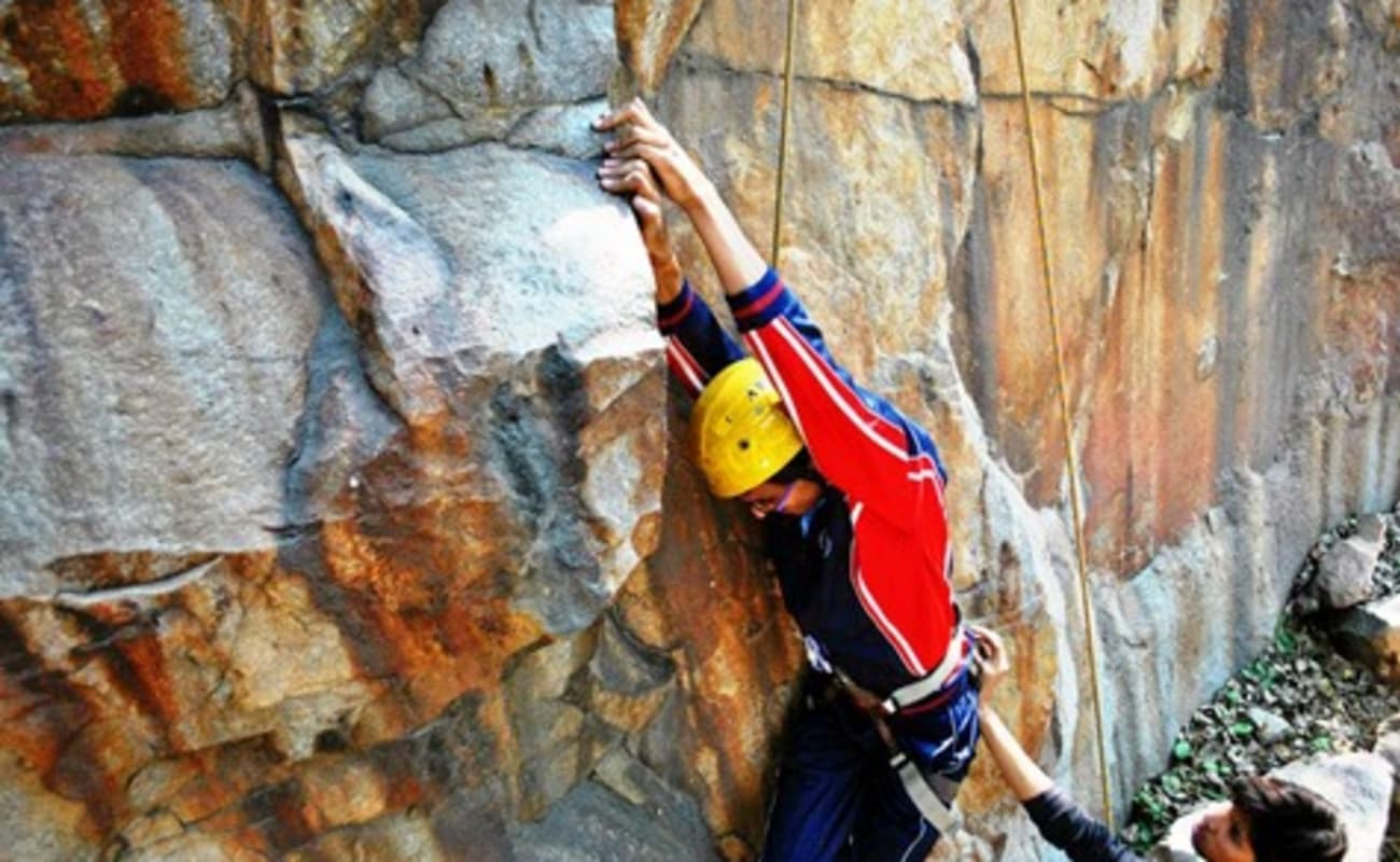 Rock Climbing At Dhauj Rocks In Gurgaon Thrillophilia