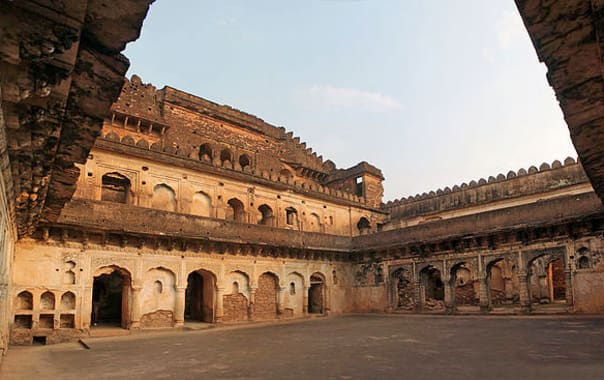 800px-panoramic_view_of_rani_mahal_kalinjar_fort.jpg