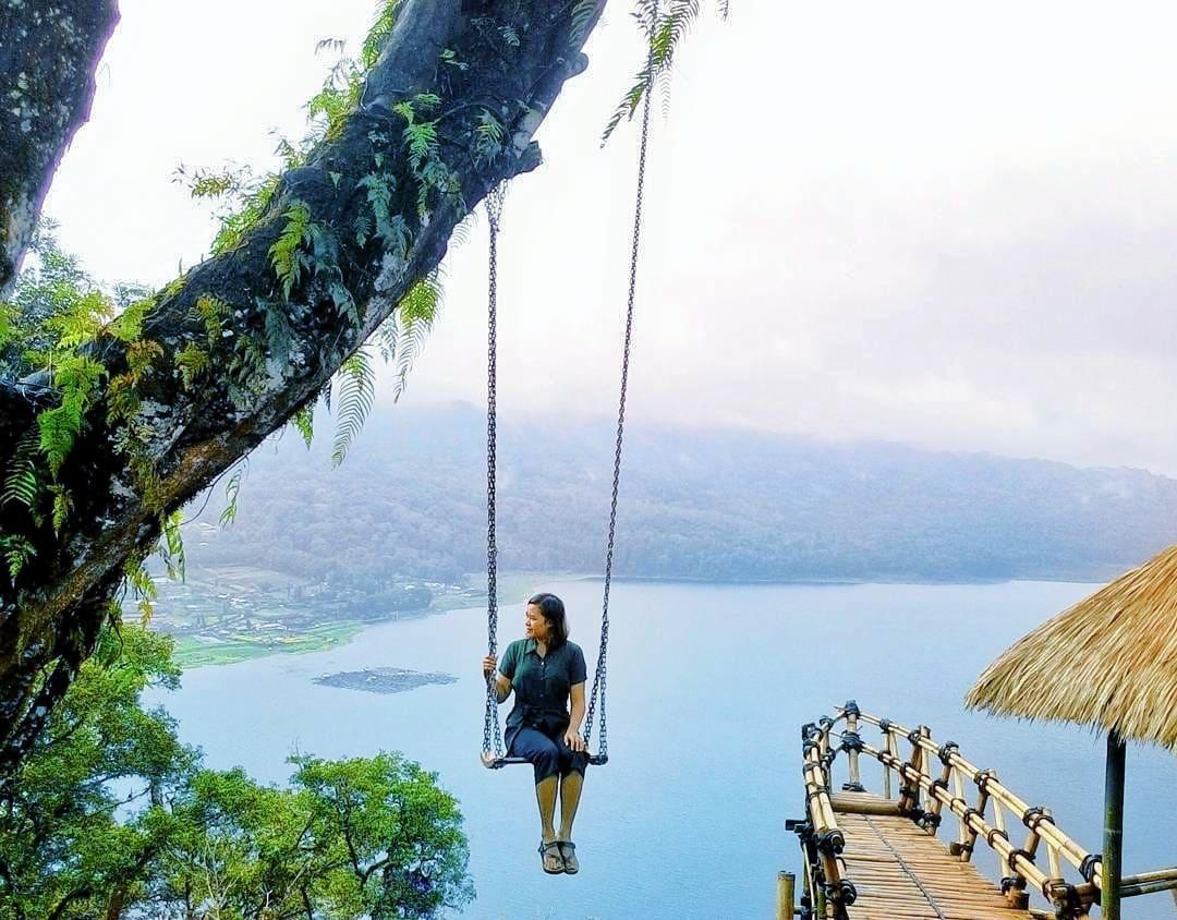 Swing at Puncak Danau Buyan Wanagiri